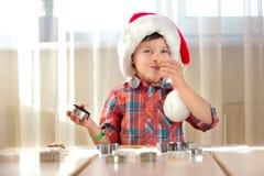 小男孩烘烤圣诞节曲奇饼 免版税库存照片