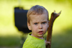 小男孩用在自然的一根棍子 免版税库存照片
