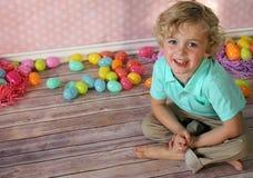 小男孩用复活节彩蛋 免版税库存图片