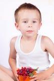 小男孩用新鲜的莓果 免版税库存照片