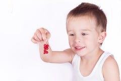 小男孩用新鲜的莓果 免版税库存图片