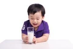 小男孩用牛奶 免版税库存照片