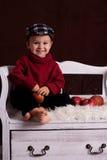小男孩用红色苹果 免版税图库摄影