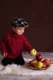 小男孩用红色苹果 免版税库存照片