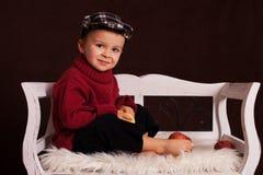小男孩用红色苹果 库存图片