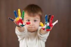 小男孩用被绘的手 图库摄影
