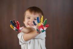 小男孩用被绘的手 免版税图库摄影