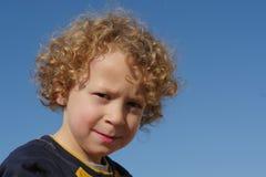 小男孩画象有白肤金发和卷发的 库存图片