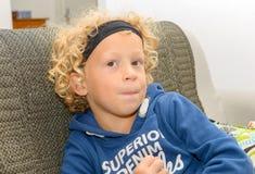 小男孩画象有白肤金发和卷发的 库存照片