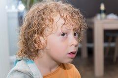 小男孩画象有白肤金发和卷发的 免版税库存图片