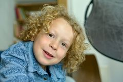 小男孩画象有白肤金发和卷发的 免版税库存照片