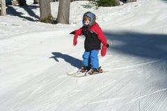 小男孩的滑雪 免版税库存图片