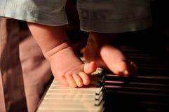 小男孩的脚钢琴的 免版税库存照片