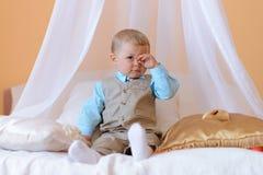 小男孩看起来疲乏 免版税库存图片