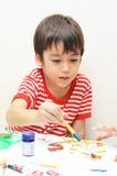 小男孩着色水彩关闭 库存照片