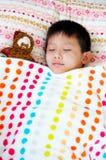 小男孩睡着与他的圣诞老人 免版税库存照片