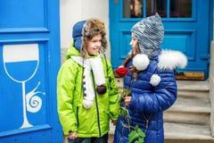 小男孩给女孩一朵玫瑰 子项二 概念  库存图片