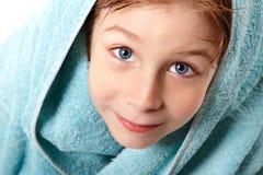 小男孩美丽在与毛巾的阵雨以后 免版税库存照片