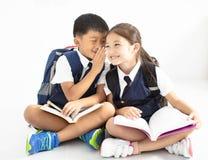 小男孩耳语对女孩 免版税库存图片