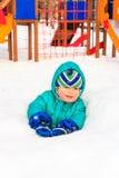 小男孩获得乐趣在冬天操场 库存图片