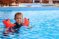 小男孩获得乐趣在游泳池 免版税库存照片