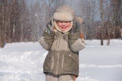 小男孩获得乐趣在雪 免版税库存图片