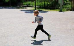 小男孩获得乐趣 免版税库存照片
