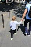小男孩获得乐趣 库存图片