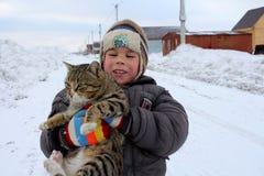 小男孩藏品猫快乐笑 免版税库存照片