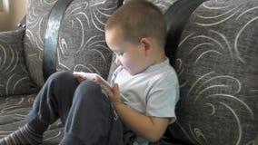 小男孩观看的动画片 影视素材