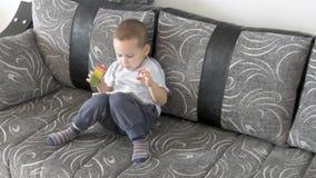 小男孩观看的动画片 股票录像