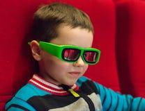 小男孩观看的电影 图库摄影