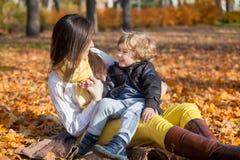 小男孩谈话与他的母亲本质上 免版税库存图片