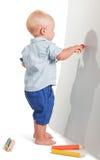 小男孩身分画在白色隔绝的大红色铅笔 免版税库存照片