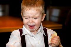 小男孩酸柠檬面孔 免版税图库摄影