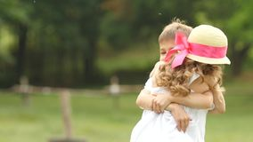 小男孩采取她的胳膊的女孩和他们,因此在公园转动  慢的行动 股票视频
