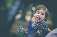 小男孩饮料水 免版税库存图片
