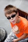小男孩饮用的圆滑的人 免版税库存照片