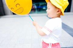 小男孩黄色baloon 免版税库存照片