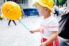小男孩黄色baloon 库存照片