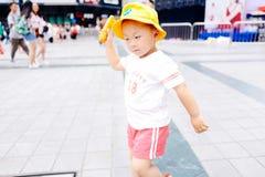 小男孩黄色baloon 免版税图库摄影