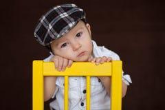 小男孩,坐椅子 免版税图库摄影