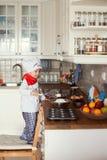 小男孩,烘烤的松饼 图库摄影