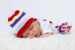 小男孩,睡觉与帽子 免版税库存照片