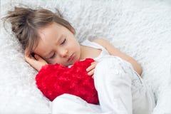小男孩,睡觉在一把大椅子 免版税图库摄影