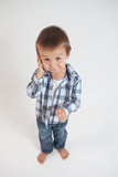 小男孩,说在电话里 库存图片