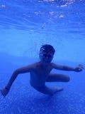 小男孩水下在水池 免版税库存图片