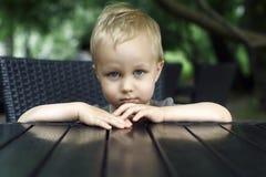 小男孩-严肃的画象 库存照片