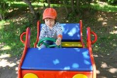 小男孩(2 11年)在playpit的推进汽车 库存图片