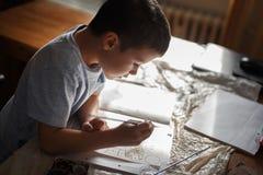 小男孩绘画彩图在家 图库摄影